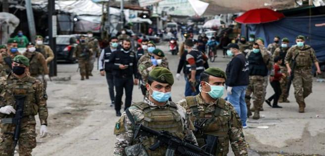 Des soldats libanais portant des masques patrouillent dans le quartier de Sabra près de Beyrouth, où vivent de nombreux réfugiés palestiniens