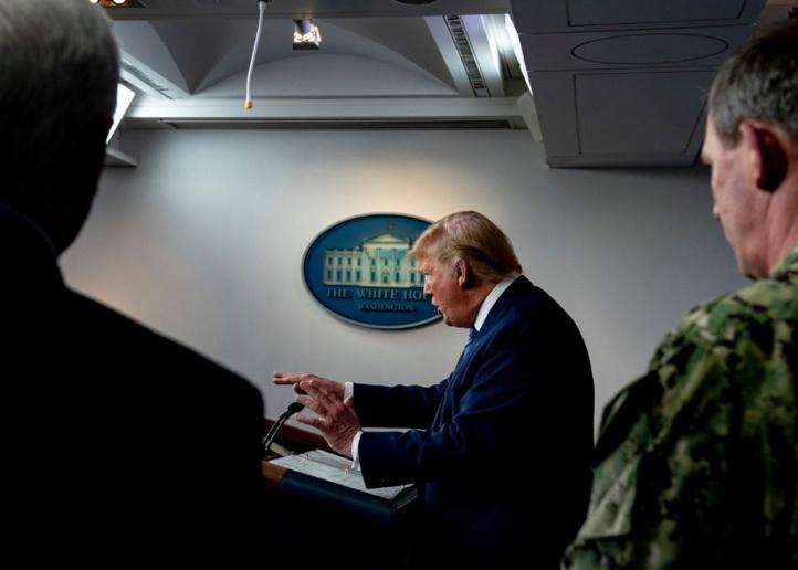 Le président Trump lors d'une conférence de presse tenue, dimanche, avec des membres du groupe chargé de travailler sur le coronavirus à la Maison Blanche © NYT