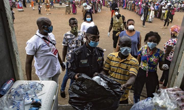 Le 4 avril, au Ghana à Accra, une distribution d'eau et de nourriture, en faveur des personnes fragilisées par le Covid-19.  (Ph. AFP)