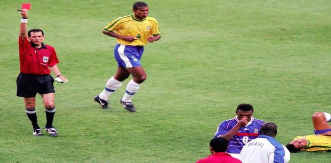 Le célèbre carton rouge de la finale du Mondial 98 délivré par Saïd Belqola à Marcel Desailly.
