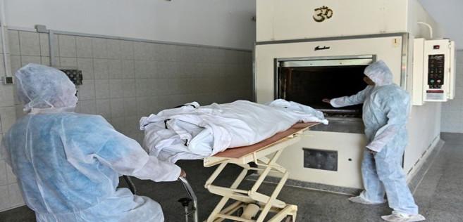 Des employés d'un crématorium incinèrent une victime du nouveau coronavirus, à Dubaï, aux Emirats arabes unis, le 19 avril 2020