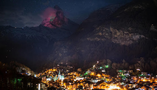 Le drapeau marocain enveloppe le mont Cervin en Suisse