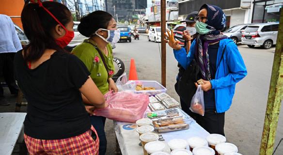 Des Indonésiens achètent de la nourriture pour la rupture du jeûne lors du premier jour du Ramadan à Jakarta.