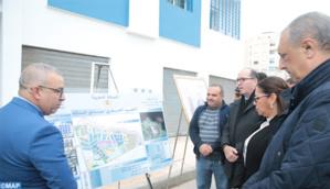 La ministre de l'habitat, Nouzha Bouchareb lors de la visite d'un chantier à Tanger