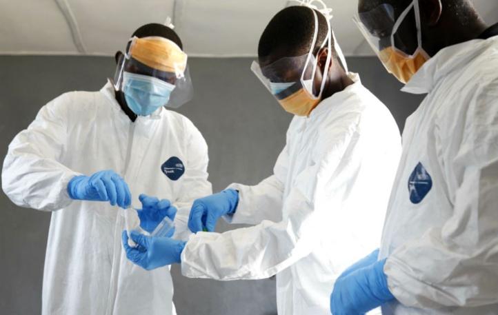 Des chercheurs prélevant un échantillon à l'hôpital C.H. Rennie de Kakata, au Liberia.