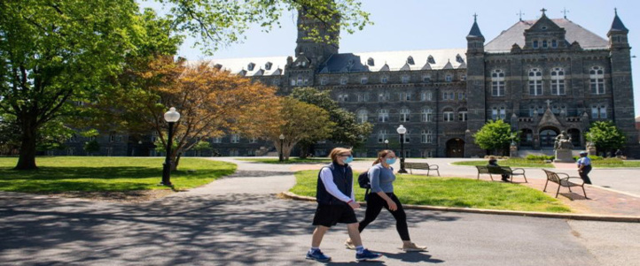 Des étudiants sur le campus de l'université de Georgetown à Washington DC, le 7 mai 2020.