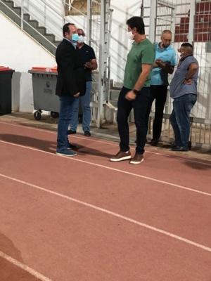 Karkach saluant l'entraîneur de l'IRT, Pedro Benali