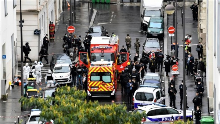 Des éléments des forces de l'ordre sur les lieux d'une attaque à l'arme blanche près des anciens locaux de Charlie Hebdo, le 25 septembre 2020 à Paris (Ph. AFP)