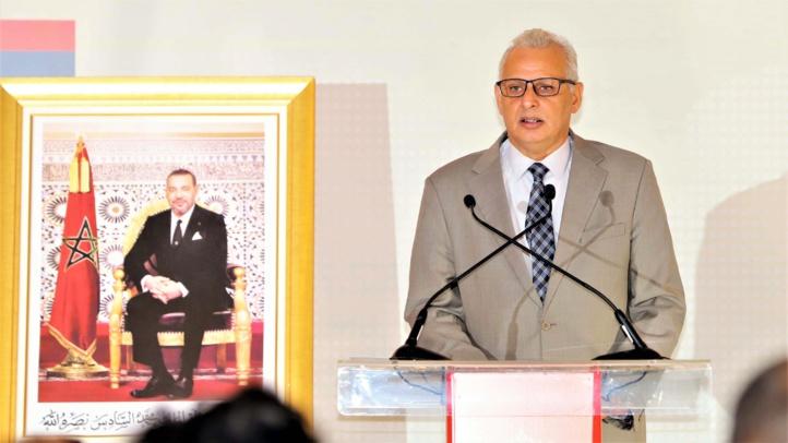Driss Omran de la Chambre des Représentants s'exprime au cours de la conférence de presse à propos du dialogue politique inter-libyen.
