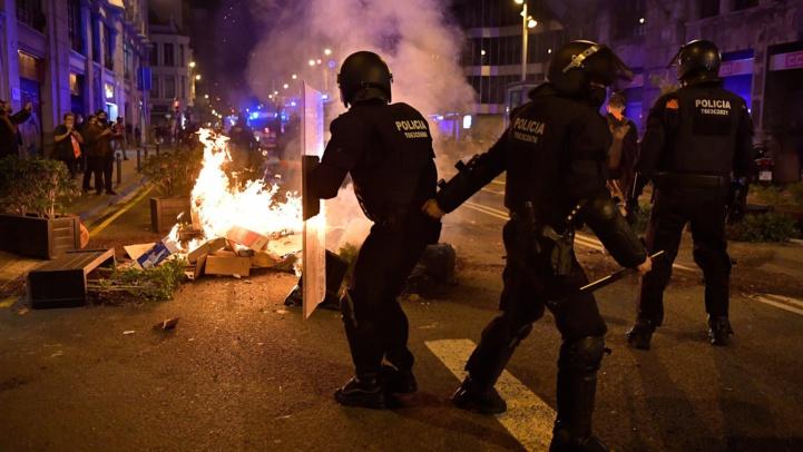 Affrontements à Barcelone suite aux restrictions de circulation