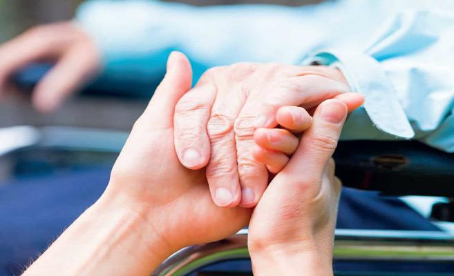 Aides-soignants : pénurie de «petites mains» aux petits soins