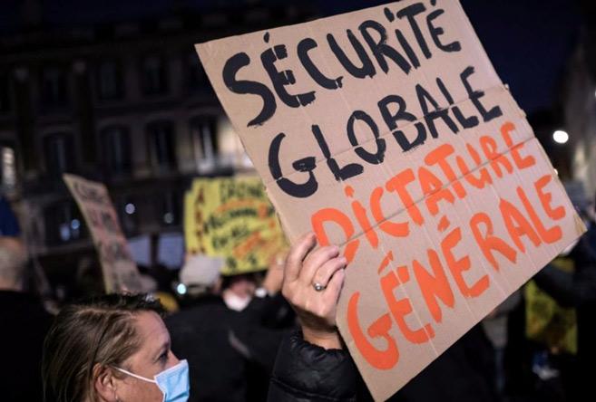 «Sécurité globale»: la majorité veut réécrire l'article 24 sans le retirer