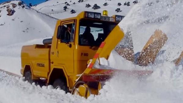 Chutes de neige : Mobilisation générale à Khénifra pour le déneigement des axes routiers bloqués