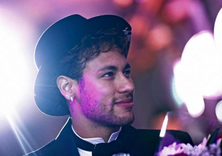 Pour les fêtes de fin d'année / Neymar aménage une boite de nuit dans sa villa et invite 500 personnes !