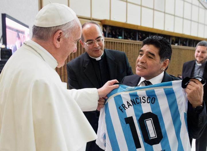 """Football: Le pape François rend hommage au """"poète"""" Maradona"""