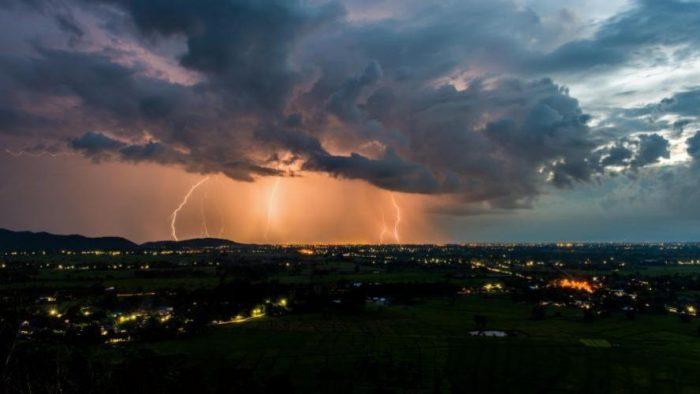 Fortes averses orageuses jeudi et vendredi et des chutes de neige du samedi au lundi dans plusieurs provinces