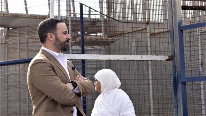 Le président de Vox, Santiago Abascal, devant la frontière de la ville occupée de Mellilia.