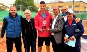 2-Le vainqueur Hamza Karmoussi félicité par les siens.