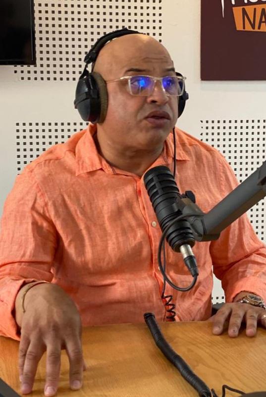 -Amir Ali au micro de Medina FM lors de l'émission « Hatta La Nanssa ». Ph. Laglag