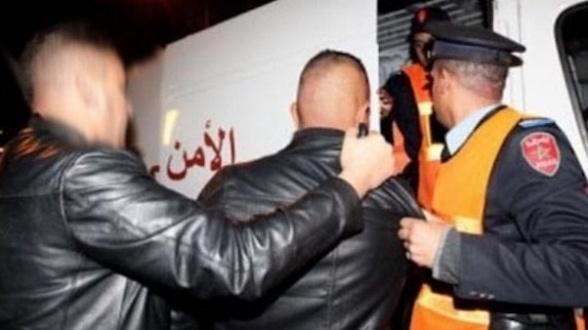 Les hooligans frappent encore à Casablanca : Un policier poignardé et des véhicules vandalisés !