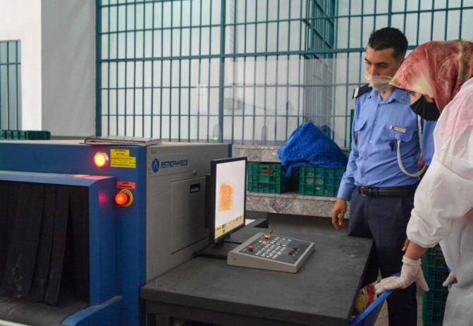 Contrôle des bagages à main des visiteurs dans un établissement pénitentiare
