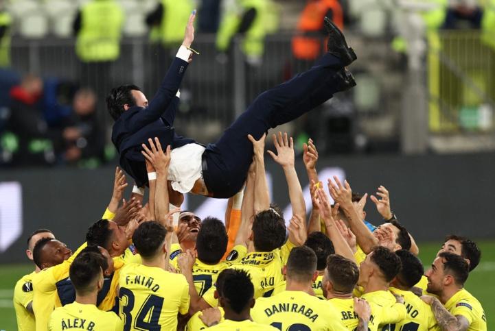 Le coach Unai Emery porté en triomphe.