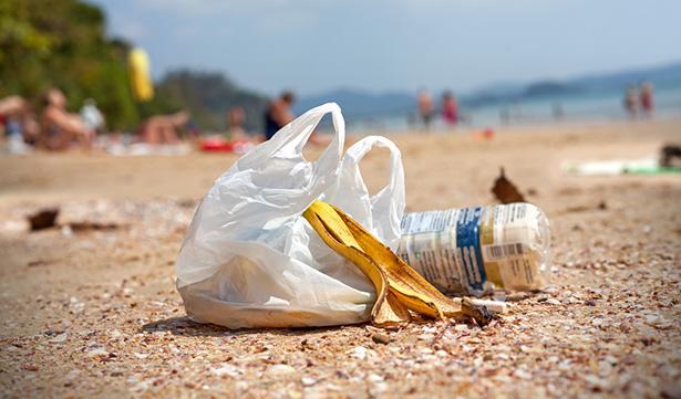 Les côtes nationales, méditerranéenne et atlantique, noyées sous le plastique