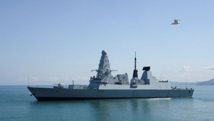 Le navire de la Royal Navy, le HMS Defender.  Seyran BAROYAN / AFP