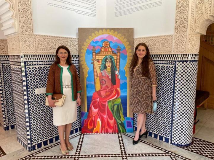Randa Jebrouni ( à gauche ), Haydeline Diaz ( à droite ) en photo avec l'oeuvre « Novia de Tanger » du peintre cubain Luis Alberto Ruiz