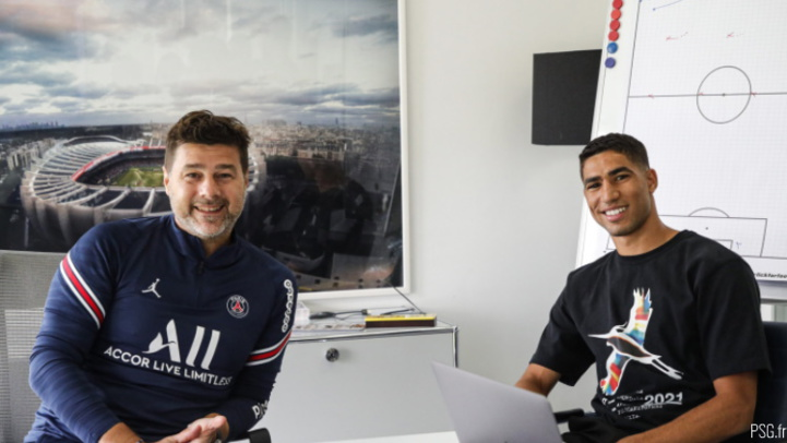 Hakimi avec l'entraineur du PSG, Pochettino.