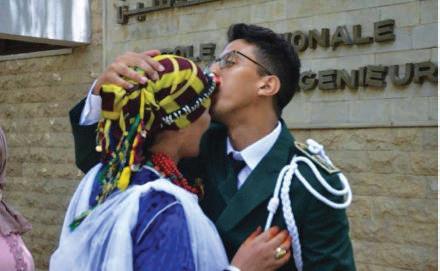 La maman d'un jeune diplômé charme les internautes