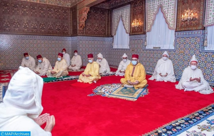 SM le Roi accomplit la prière de l'Aïd Al-Adha et procède au rituel du sacrifice