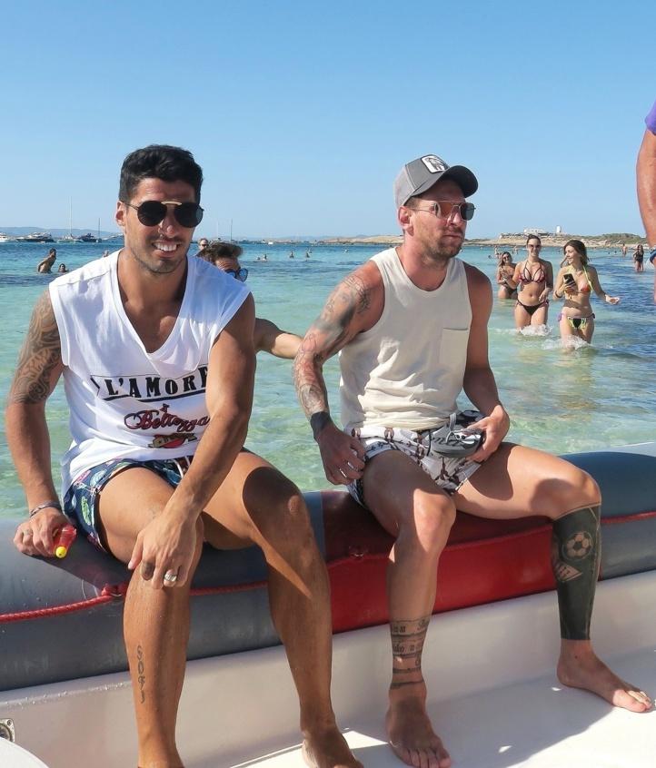 Accompagné de son copain Suarez, Messi prolonge ses vacances à Ibiza !