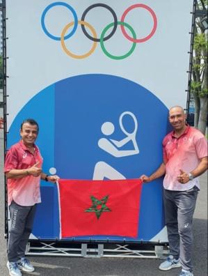 Nos deux arbitres à Tokyo, fiers de nos couleurs nationales.