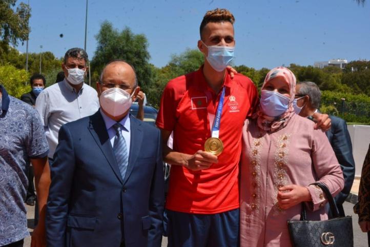 Aéroport Rabat-Salé: Accueil chaleureux du champion olympique Soufiane El Bakkali