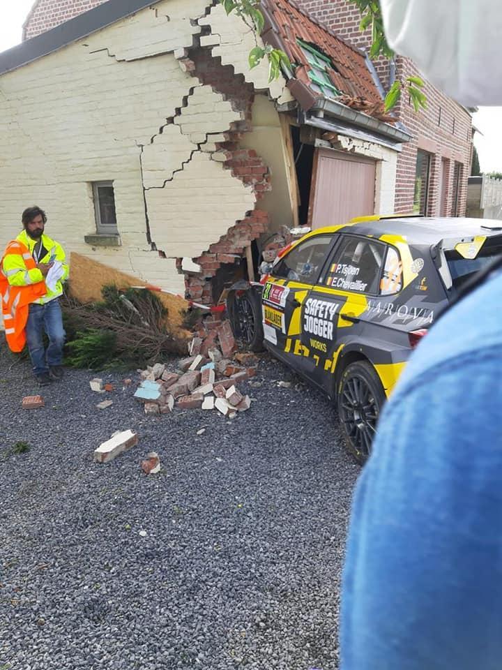 Rallye de Belgique : Une voiture s'encastre dans le garage d'une habitation