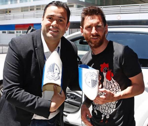 Achraf Benayad et Messi avec les babouches IRT.