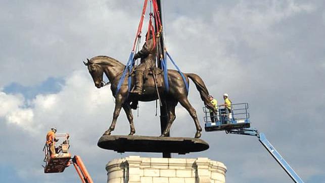 Esclavagisme : La statue du général Lee déboulonnée en Virginie