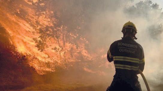 Espagne : Violent feu de forêt, un pompier tué, 2000 H dévastés