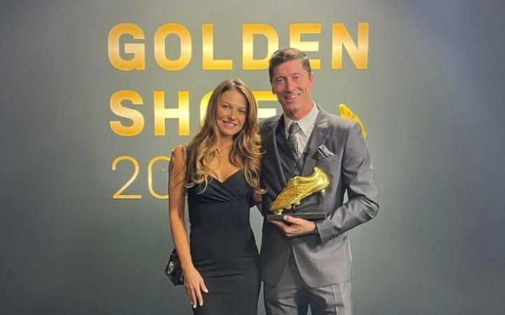 Foot:Lewandowski reçoit le Soulier d'or et remercie son épouse