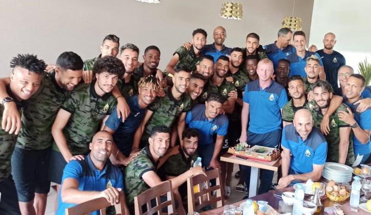 Les joueurs militaires offrent les 3 points de la victoire à leur entraineur le jour de son anniversaire.