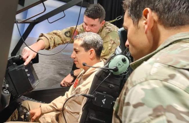 Les Forces Royales Air s'entraînent sur des hélicoptères APACHE