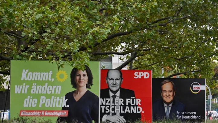 Allemagne: affiches de campagne pour les élections législatives montrant les trois candidats à la chancellerie Olaf Scholz (SPD), Armin Laschet (CDU) et Annalena Baerbock (Les Verts) - John Macdougall / AFP
