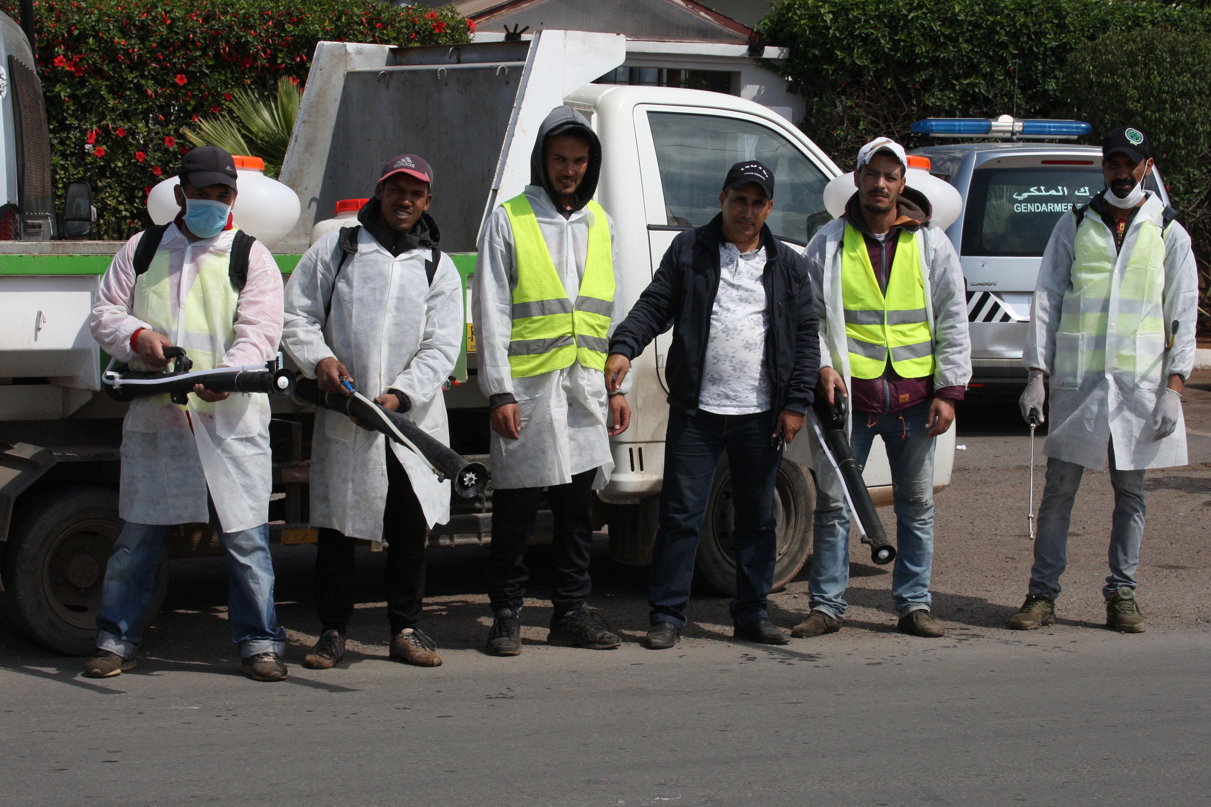 Les agents de voirie, nombreux et chargés de la désinfection des lieux, ont remplacé les mendiants (photo Kamal)