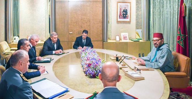SM le Roi Mohammed VI présidant une séance de travail consacrée au suivi de la gestion de la propagation de la pandémie du Coronavirus. Ph. MAP