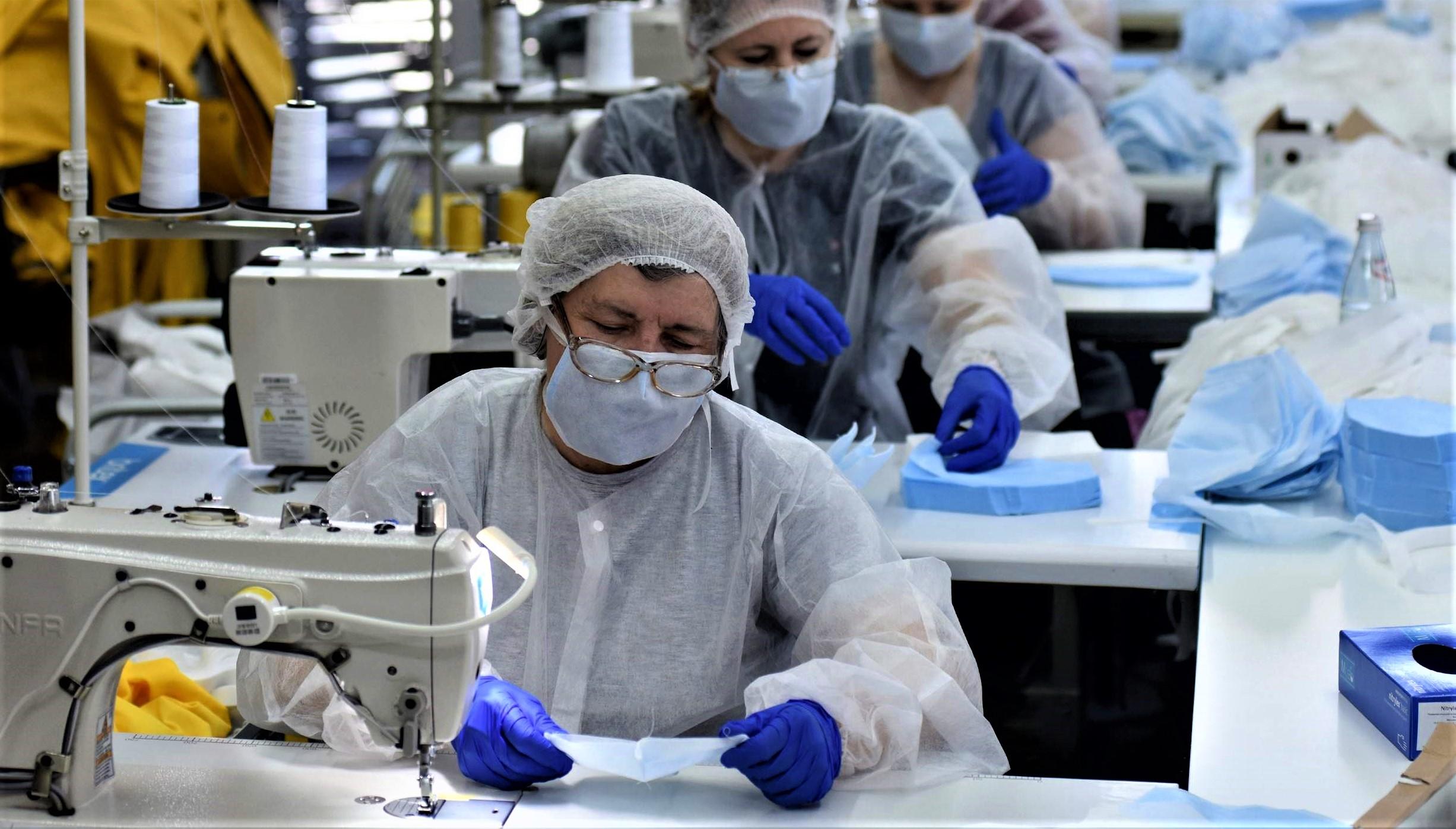 Le Maroc a lancé la production de 5 millions de masques de protection par jour et ce, depuis le 15 avril. (Ph. AFP)