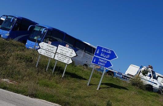 Les bus à bord desquels les marocains bloqués seront rapatriés stationnés à proximité de Tarajal (crédit photo: El Faro de Ceuta)