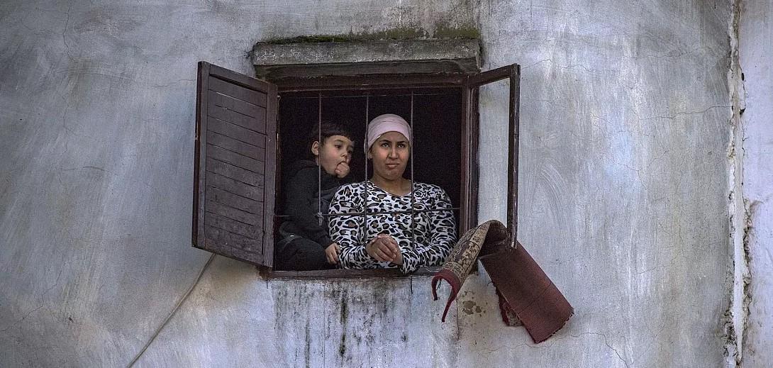 Des citoyens confinés à Rabat, quartier de Takadoum (Ph. Fadel Senna/AFP)