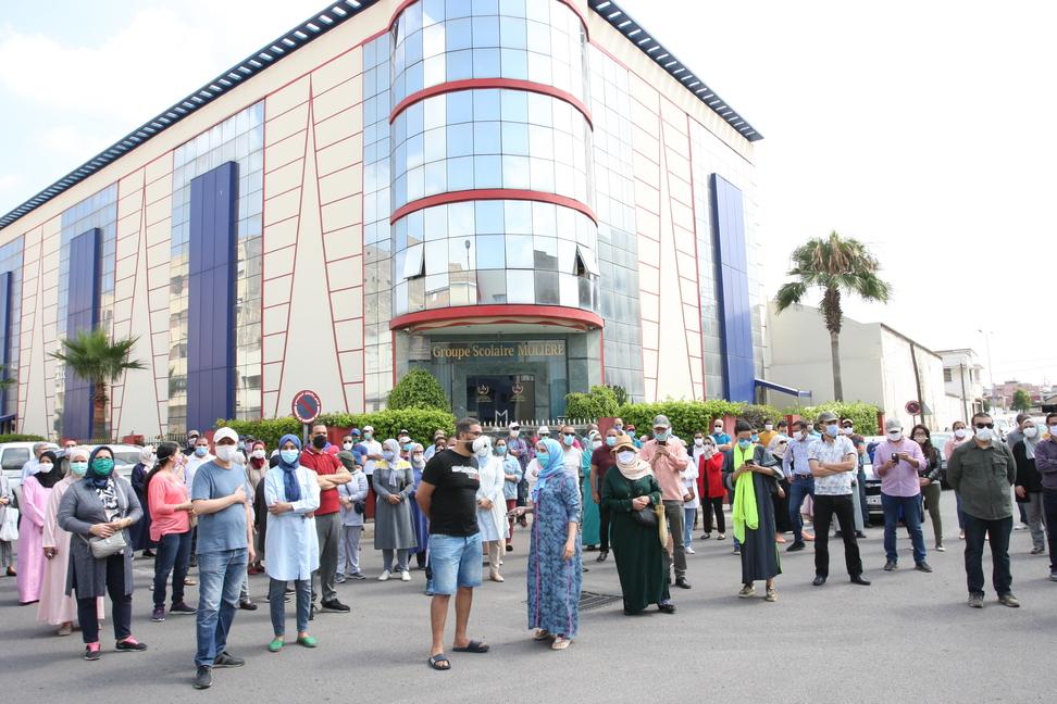 Les parents d'élèves protestent devant le groupe scolaire Molière