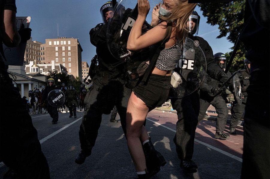 Entre émeutes et rassemblements pacifiques, les Etats-Unis plongent dans le chaos